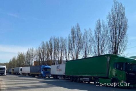 Где выстроилась очередь грузовиков ?